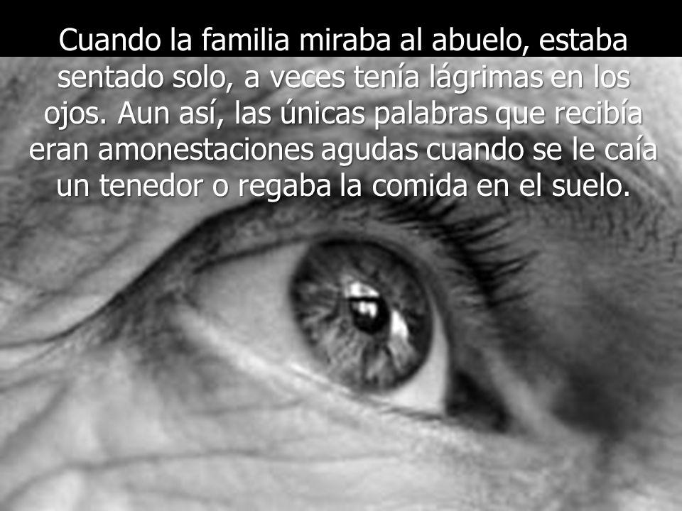 Cuando la familia miraba al abuelo, estaba sentado solo, a veces tenía lágrimas en los ojos.