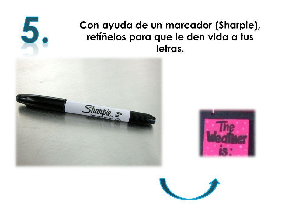 Con ayuda de un marcador (Sharpie), retíñelos para que le den vida a tus letras.