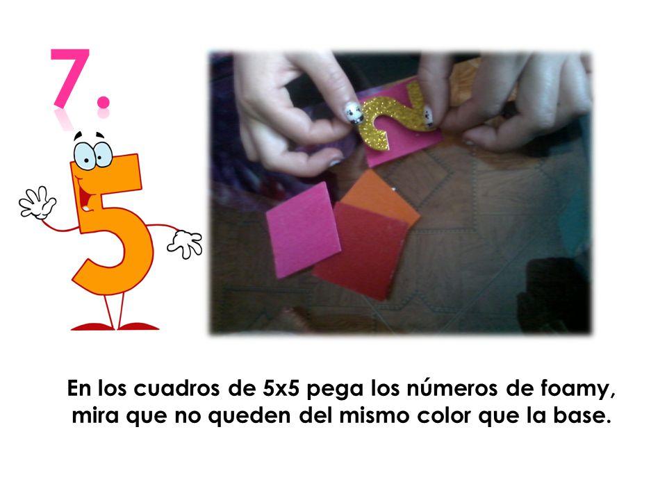 En los cuadros de 5x5 pega los números de foamy, mira que no queden del mismo color que la base.