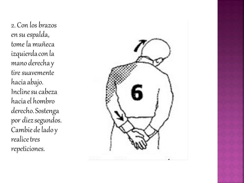 2. Con los brazos en su espalda, tome la muñeca izquierda con la mano derecha y tire suavemente hacia abajo. Incline su cabeza hacia el hombro derecho