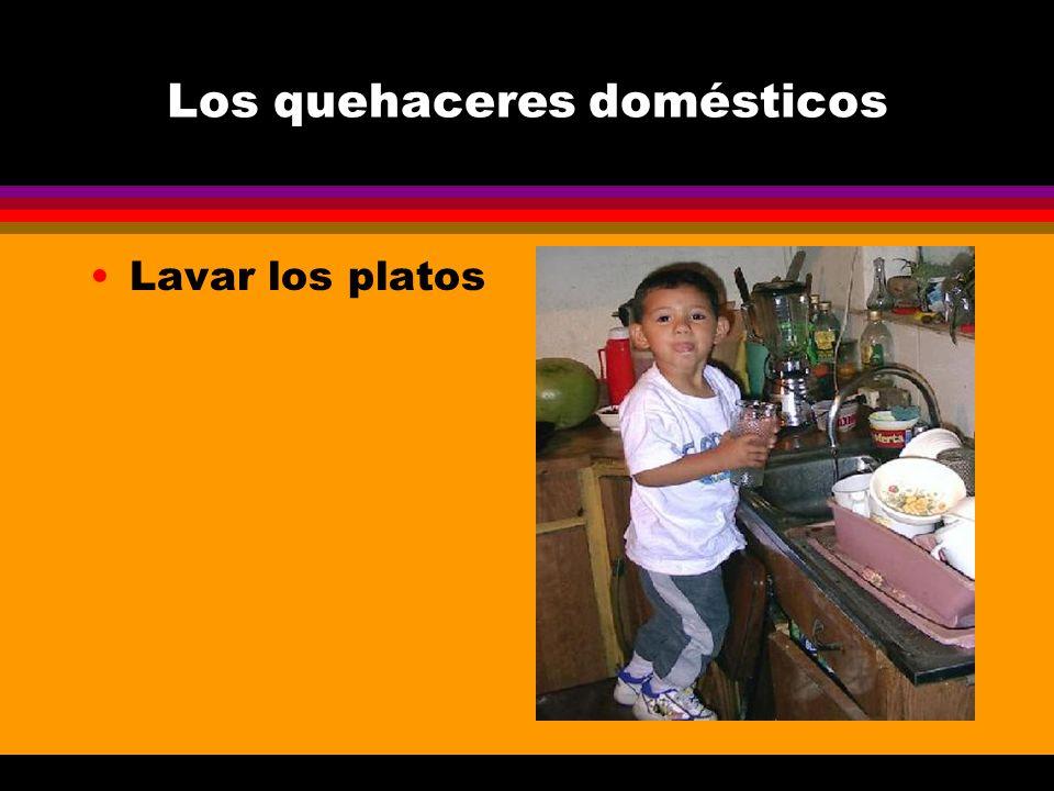 Los quehaceres domésticos Lavar los platos