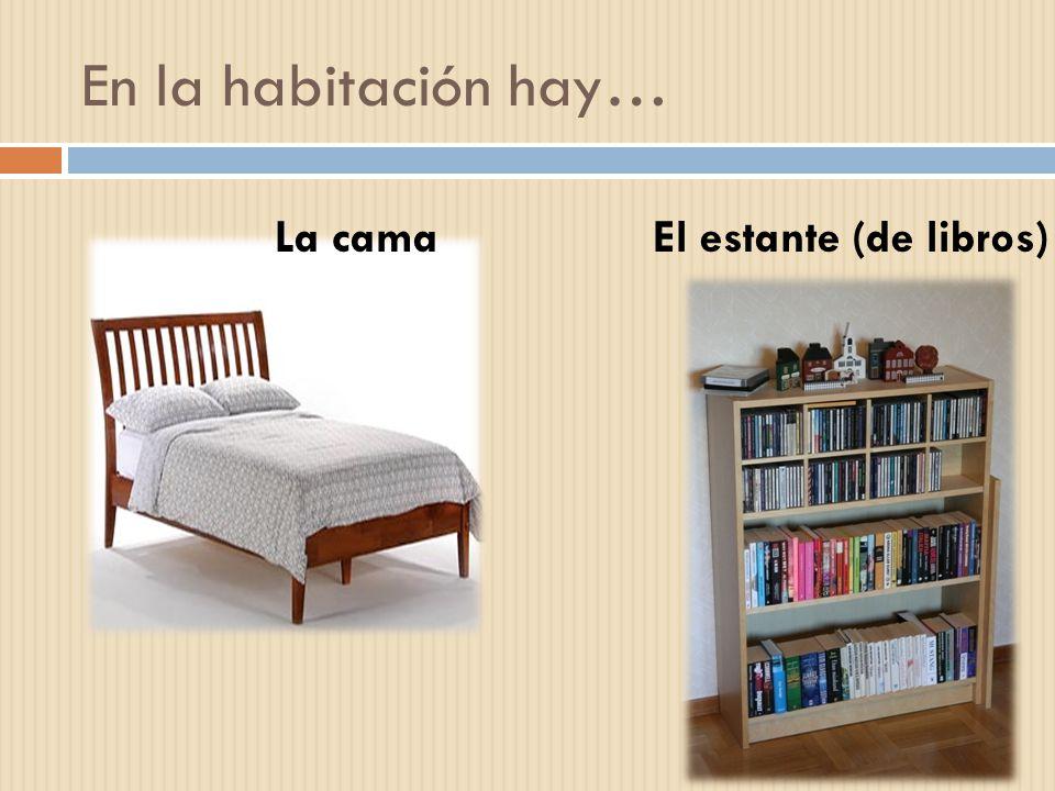 En la habitación hay… El estante (de libros)La cama