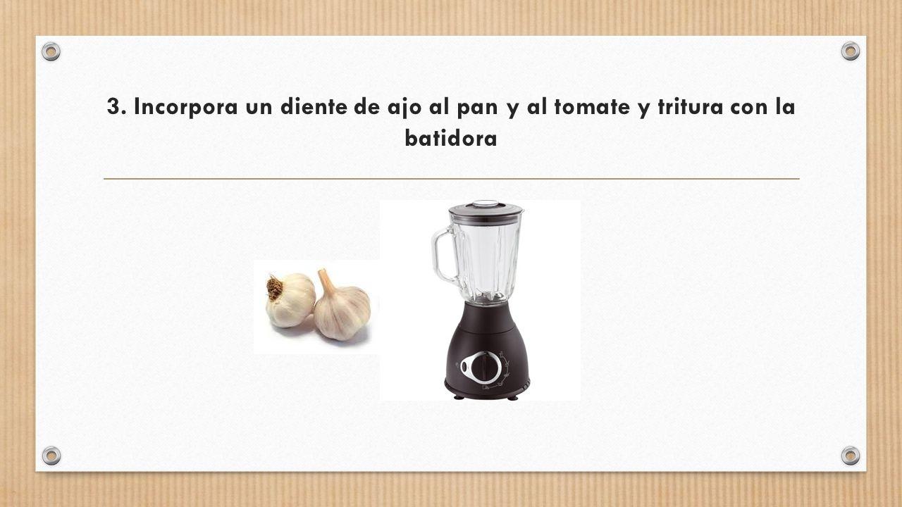 3. Incorpora un diente de ajo al pan y al tomate y tritura con la batidora
