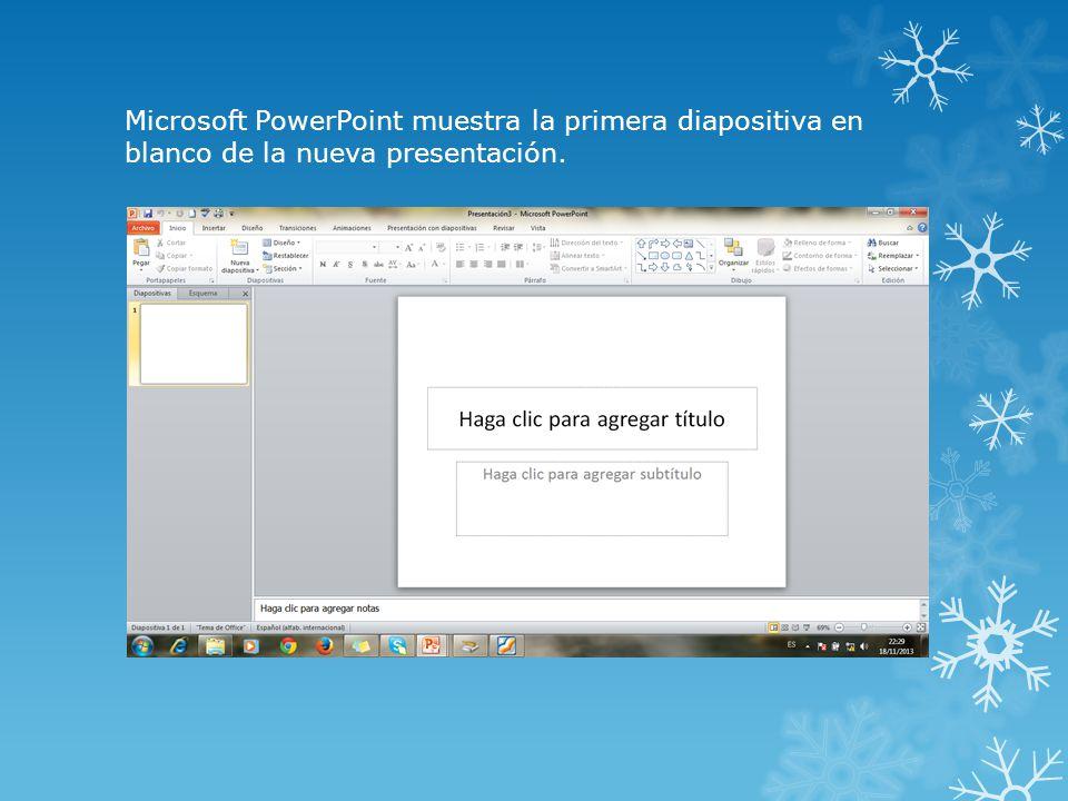 Microsoft PowerPoint muestra la primera diapositiva en blanco de la nueva presentación.