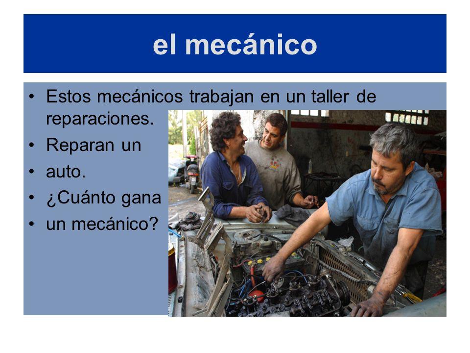 el mecánico Estos mecánicos trabajan en un taller de reparaciones. Reparan un auto. ¿Cuánto gana un mecánico?