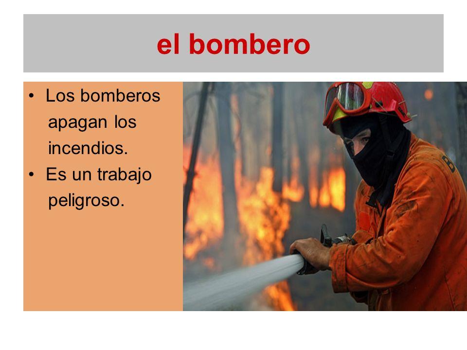 el bombero Los bomberos apagan los incendios. Es un trabajo peligroso.