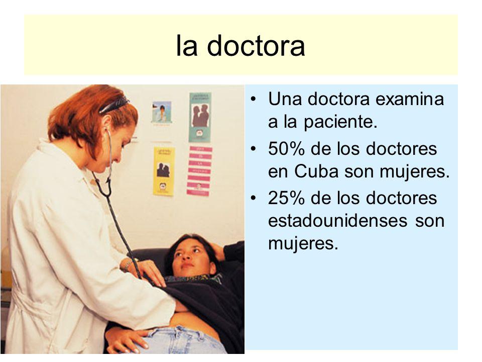 la doctora Una doctora examina a la paciente. 50% de los doctores en Cuba son mujeres. 25% de los doctores estadounidenses son mujeres.