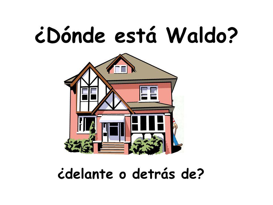 ¿Dónde está Waldo? ¿lejos de o al lado de la casa?