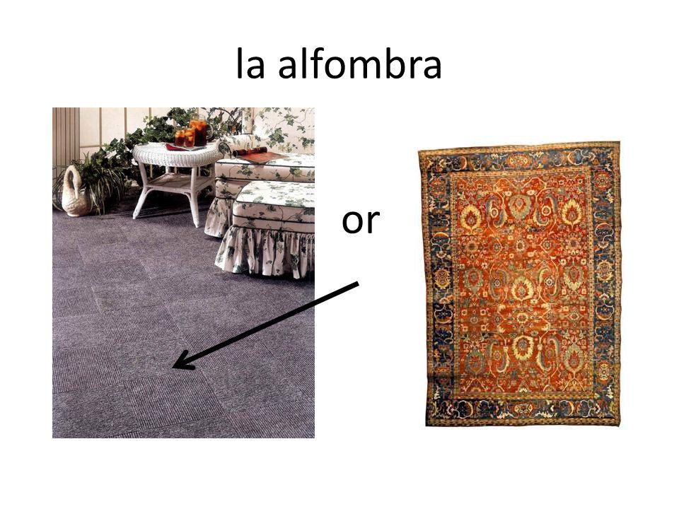 En tu casa, ¿Me dices dónde está el sillón? El sillón está ______ de _____