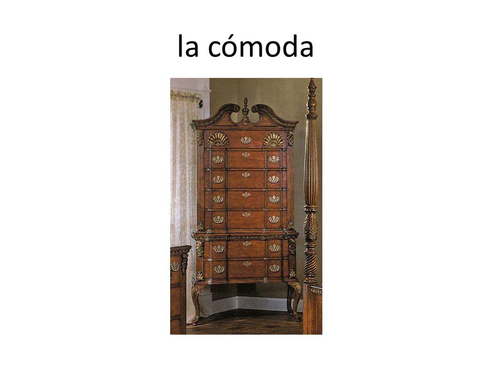 En tu casa, ¿Me dices dónde está la estufa? La estufa está ______ de _____