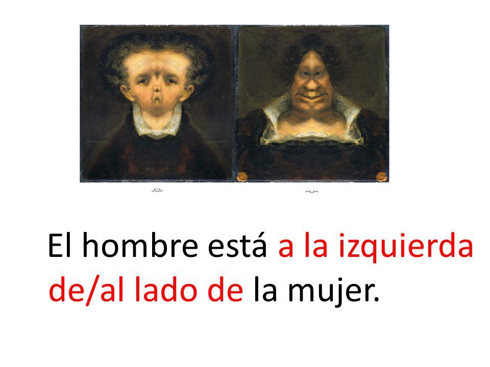 El hombre está a la izquierda de/al lado de la mujer.