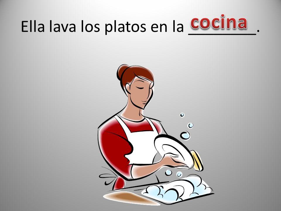 Ella lava los platos en la ________.