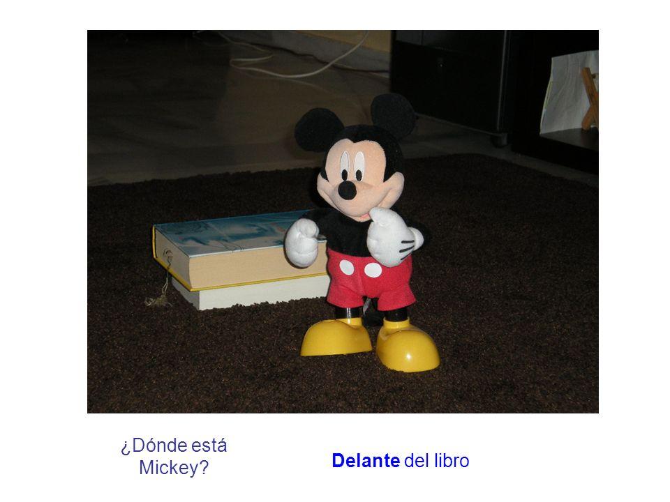 ¿Dónde está Mickey? Delante del libro