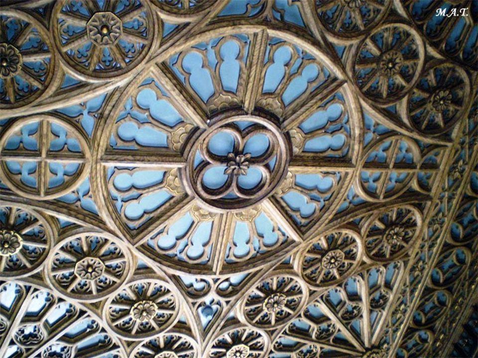 La decoración hecha a base de maderas talladas, filigrana y multitud de detalles dotados del encanto de lo antiguo, consiguen un ambiente de época indiscutible, que enamorará a cualquier amante no sólo de los libros sino también de la historia, el arte o la arquitectura