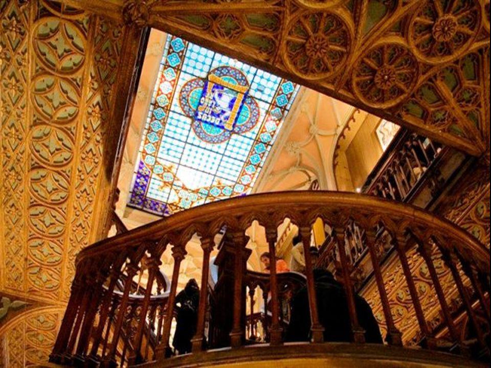 En el techo una hermosa cúpula de cristal dota de magia a la librería permitiendo la entrada de una deliciosa luz natural perfecta para la lectura.