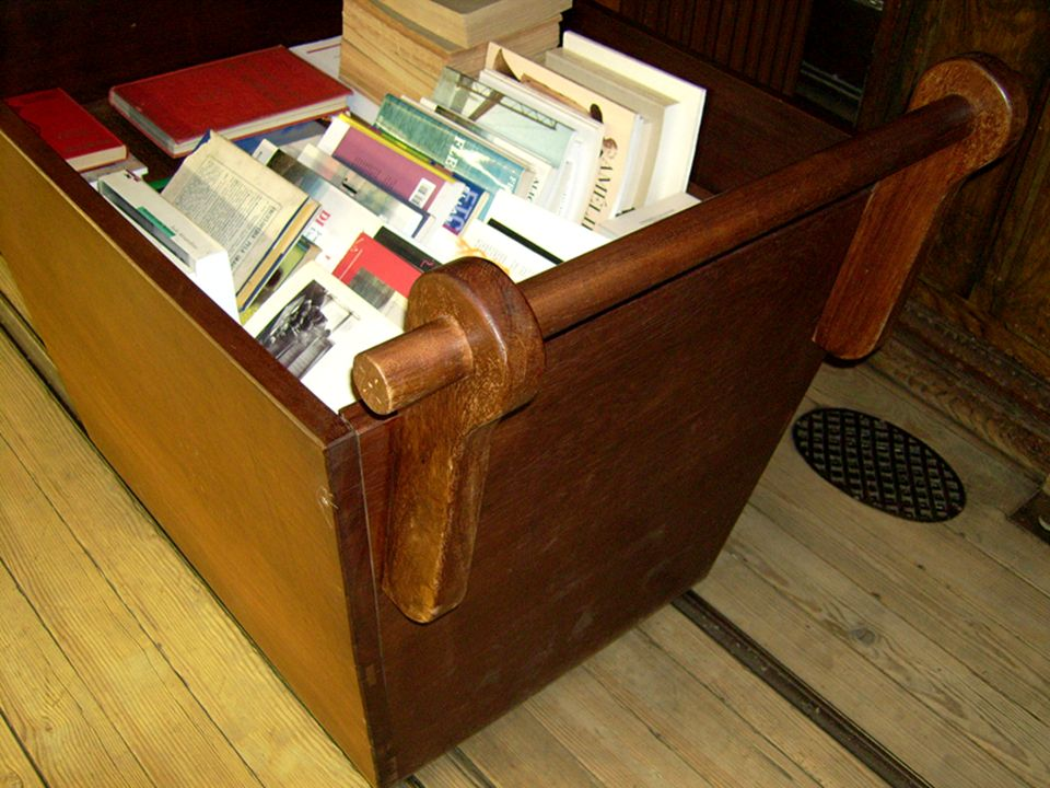 En esta fotografía apreciarás perfectamente el suelo de parquet, así como los raíles por los que circulaba el vagón que antiguamente recorría la librería.