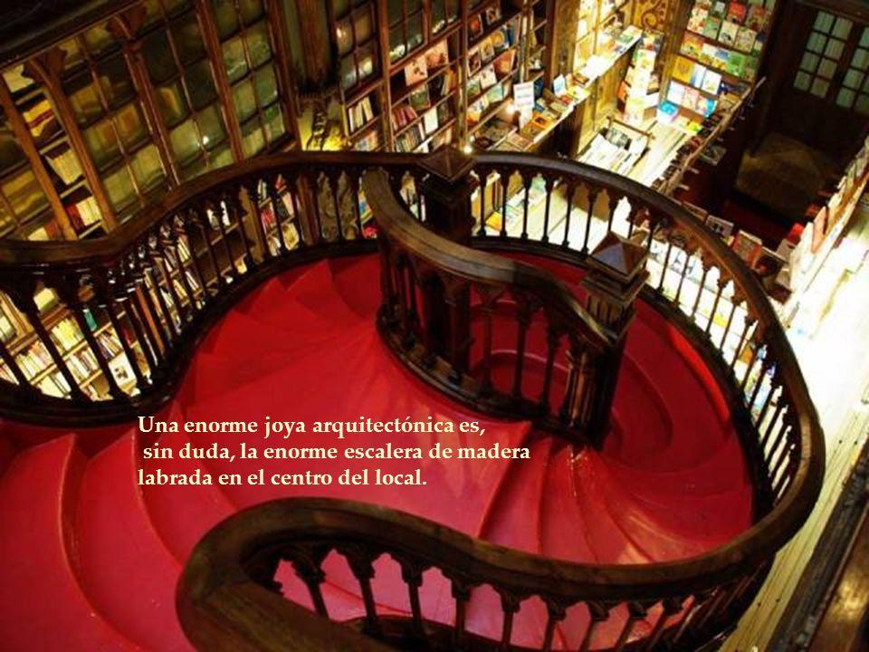 Una enorme joya arquitectónica es, sin duda, la enorme escalera de madera labrada en el centro del local.