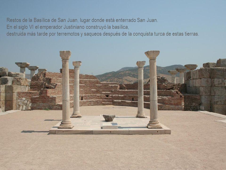 Restos de la Basílica de San Juan, lugar donde está enterrado San Juan.