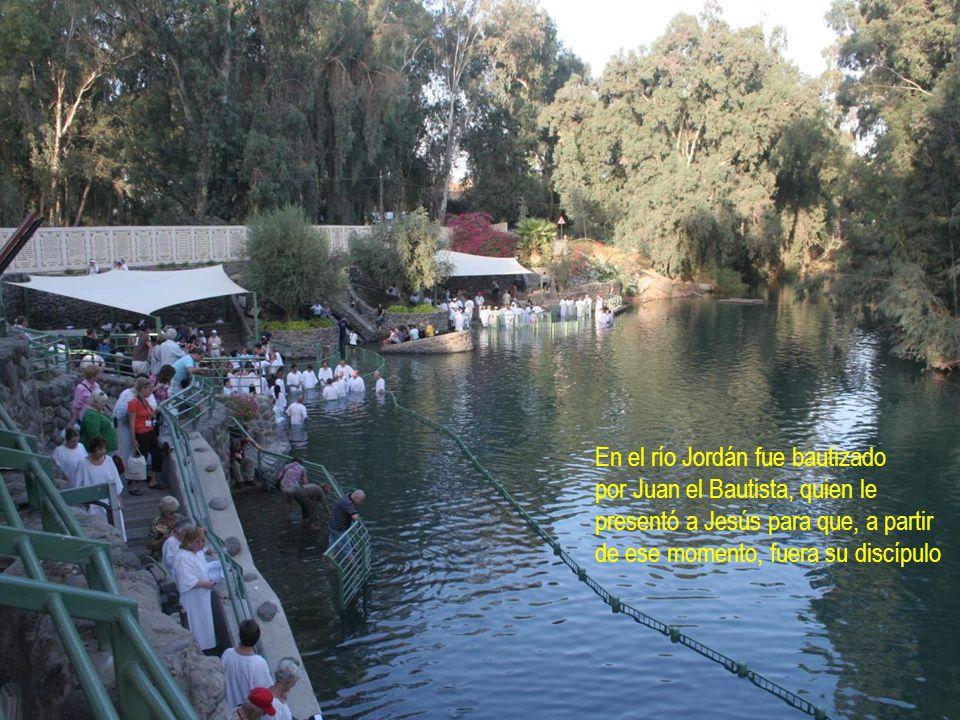 En el río Jordán fue bautizado por Juan el Bautista, quien le presentó a Jesús para que, a partir de ese momento, fuera su discípulo