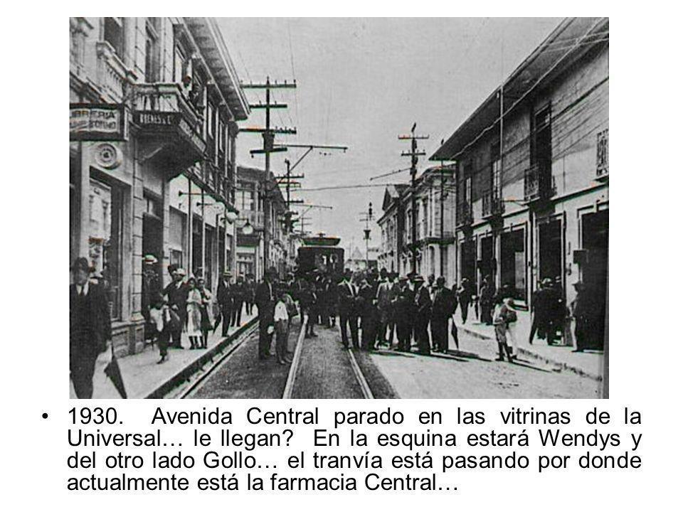 1930. Avenida Central parado en las vitrinas de la Universal… le llegan? En la esquina estará Wendys y del otro lado Gollo… el tranvía está pasando po