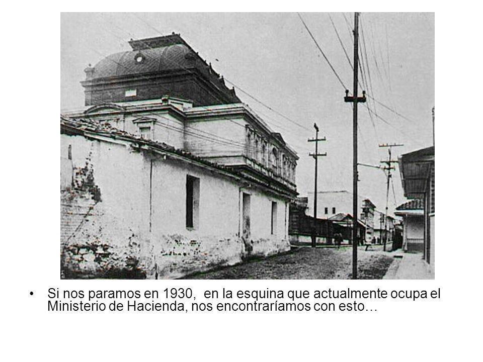 Si nos paramos en 1930, en la esquina que actualmente ocupa el Ministerio de Hacienda, nos encontraríamos con esto…