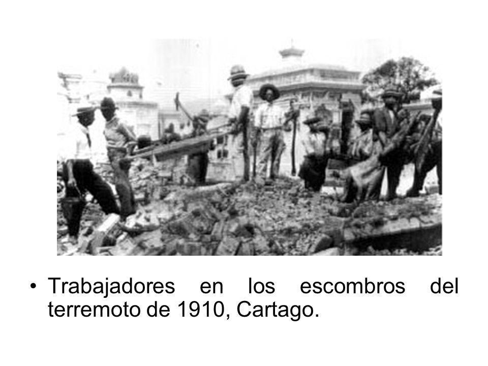Trabajadores en los escombros del terremoto de 1910, Cartago.