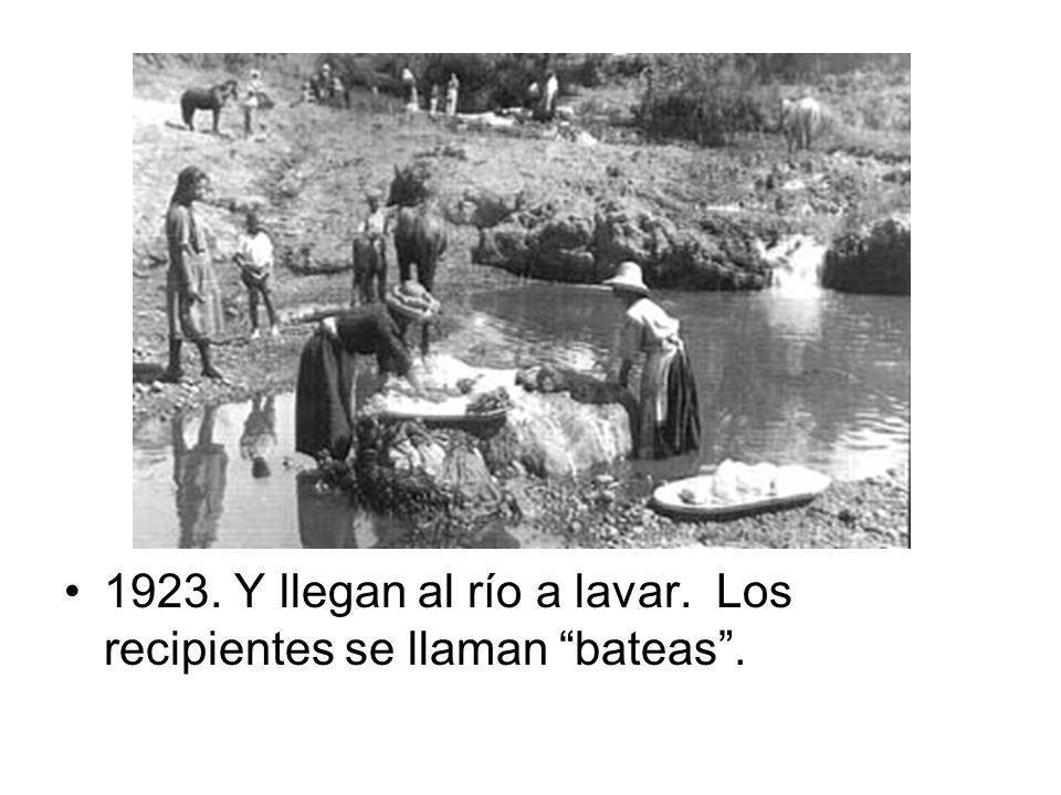 1923. Y llegan al río a lavar. Los recipientes se llaman bateas.