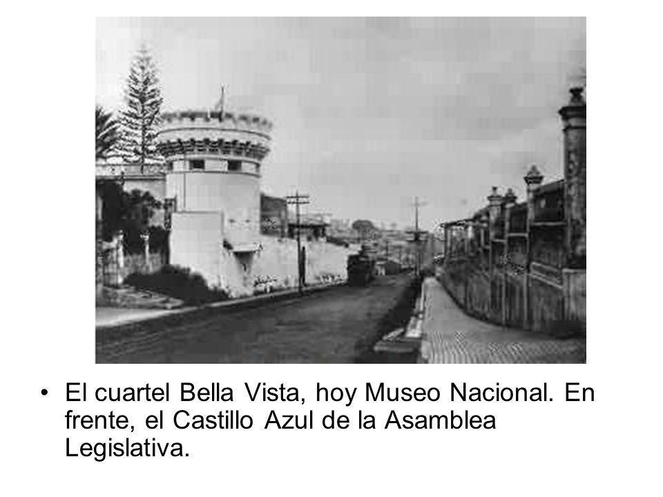 El cuartel Bella Vista, hoy Museo Nacional. En frente, el Castillo Azul de la Asamblea Legislativa.