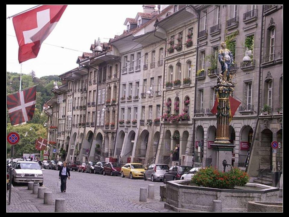 La calle Kramgasse es una calle empedrada rodeada de soportales de los siglos XVII y XVIII, con una pequeña fuente central con bancos donde disfrutar