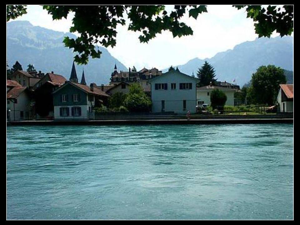 Interlaken; Su nombre ya nos da mucha información, es un pueblo situado entre dos lagos, el Thun y el Brienz, y rodeado de Altas montañas, en pleno co