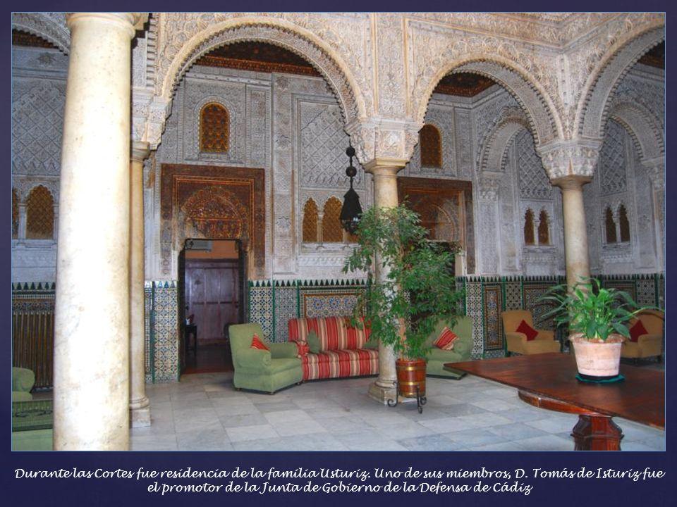 Casino Gaditano – El interior sorprende la trabajada ornamentación del patio de ambiente neo- mudejar