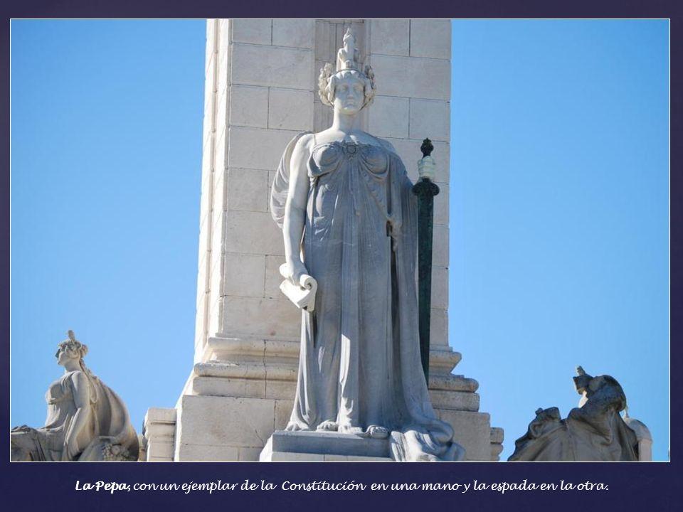 Sobre el pilar central de 32 metros de alto se sostiene el texto constitucional.. Se situó así para que el símbolo de la Libertad pudiera ser visto de