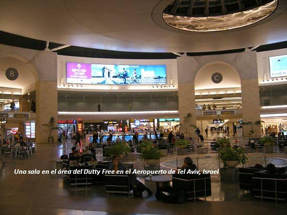 Sábado, 22 de Febrero de 20146 Ya ha pasado el registro personal en el Aeropuerto de Tel Aviv. El pasillo de la derecha es por donde se entra al llega