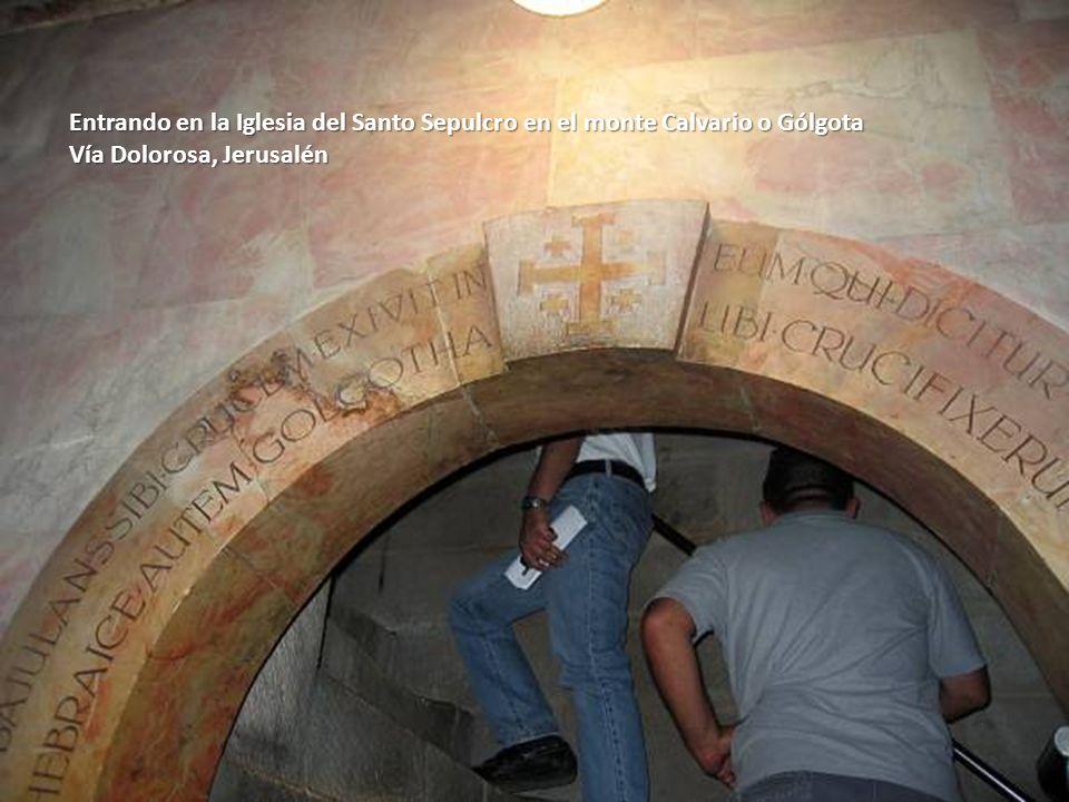 Sábado, 22 de Febrero de 201492 Llegando a la Iglesia del Santo Sepulcro. Al fondo torre de las iglesias del Santo Sepulcro. Vía Dolorosa, Jerusalén