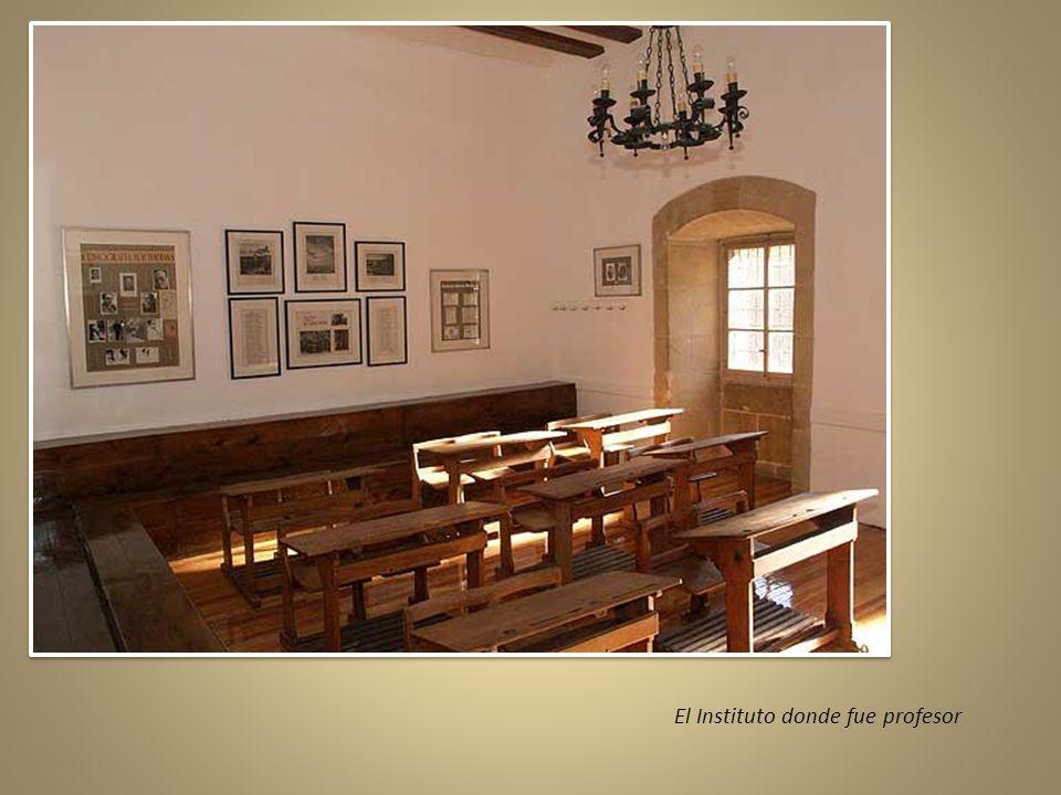 Elige la vacante del instituto de Soria, donde conoce a Leonor Izquierdo, con la que se casará dos años después teniendo ella 15 años y él, 34. En 191