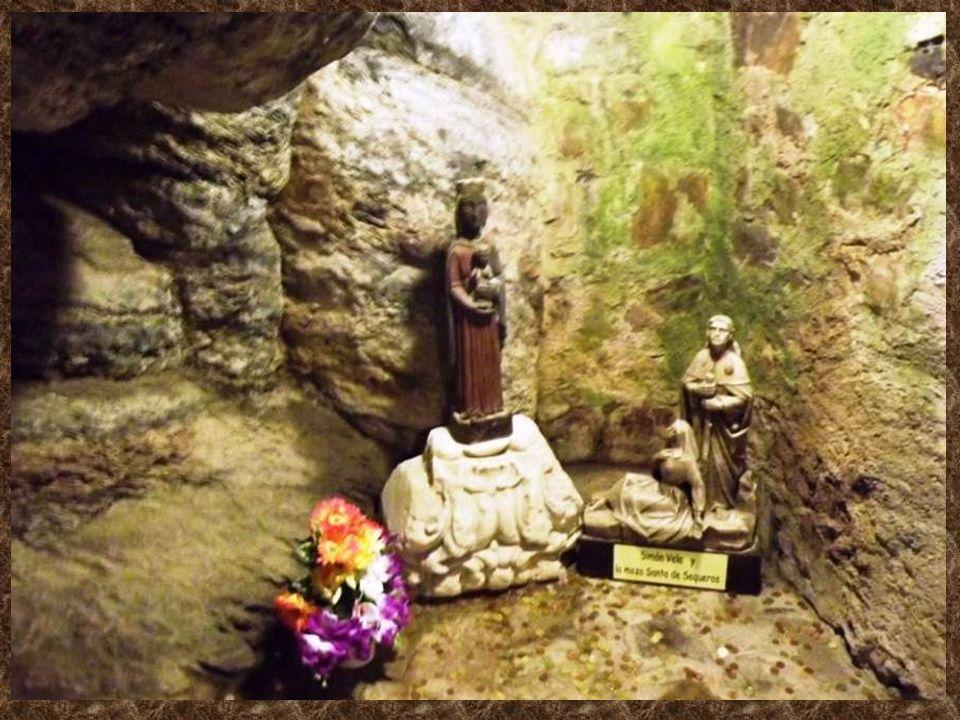 El santuario de la Virgen de la Peña de Francia es una pequeña capilla custodiada por los Padres Dominicos. Está situado sobre la cueva donde fue hall