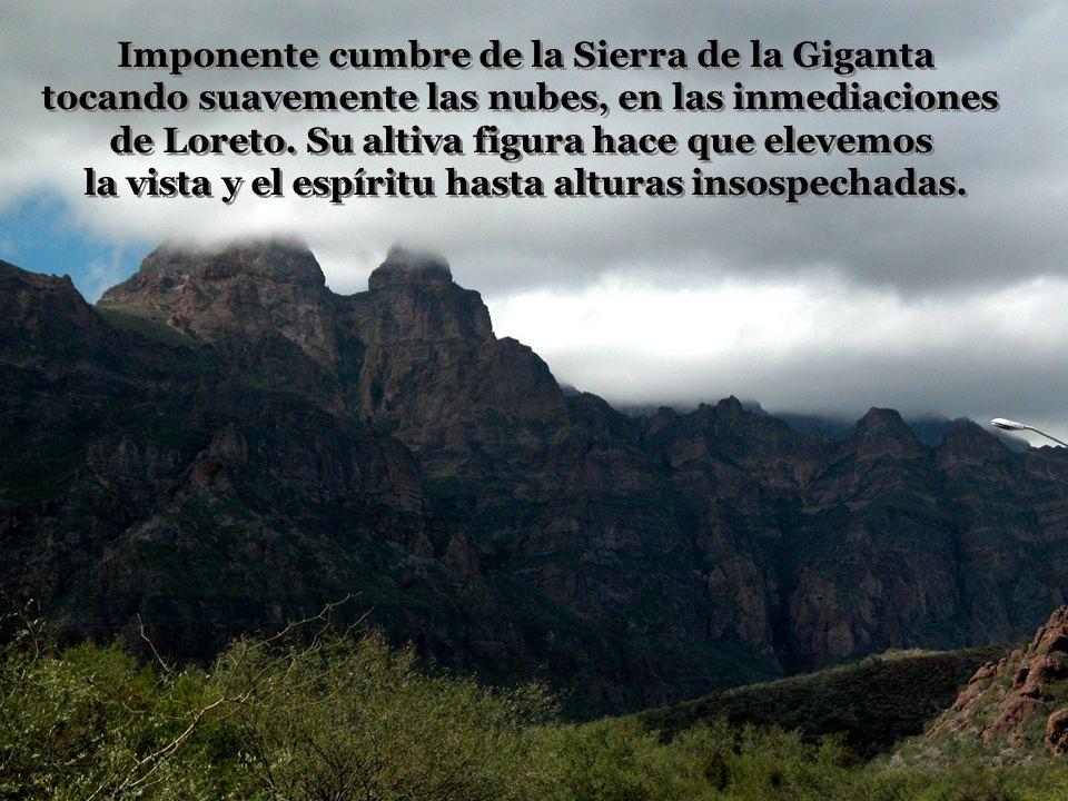 Imponente cumbre de la Sierra de la Giganta tocando suavemente las nubes, en las inmediaciones de Loreto.
