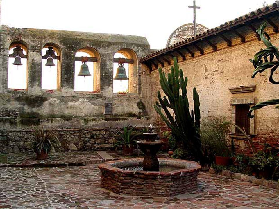 Las famosas golondrinas de San Juan Capistrano, hacen sus nidos en las ruinas de la vieja iglesia.