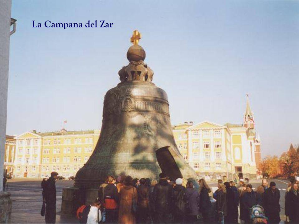 Junto a las catedrales del Kremlin, se puede apreciar: El Gran Cañón ( Tsar Pushka) y La Campana del Zar (Tsar Kolokol. La campana mide 6,14 de altura