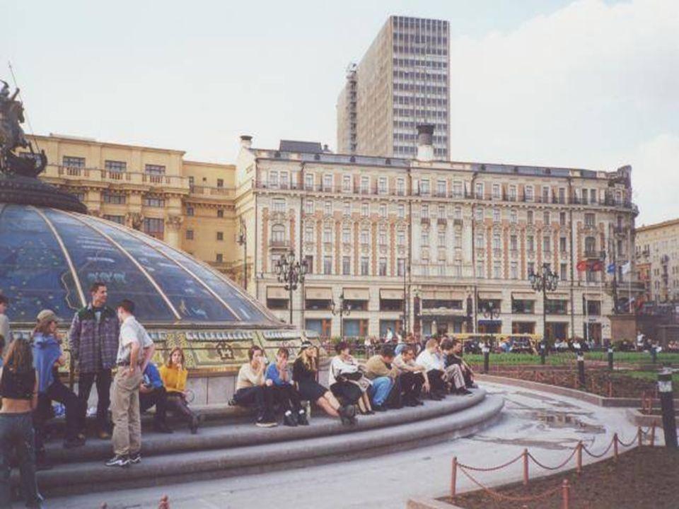 La plaza del circo y la calle Ojotni Ryad son el centro palpitante de la ciudad de Moscú La plaza del circo y la calle Ojotni Ryad son el centro palpi