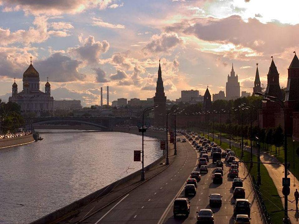 Moscú es la capital de Rusia, también ostenta el nombre de ciudad heroica, es la ciudad más grande del país y de Europa. Es un importante centro econó
