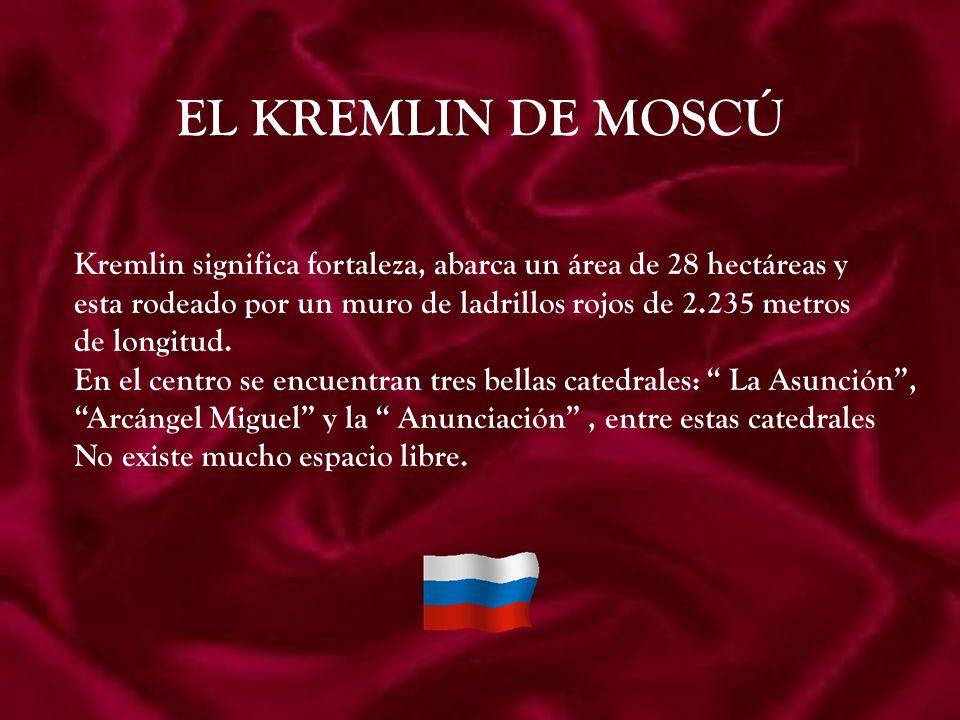 EL KREMLIN DE MOSCÚ Kremlin significa fortaleza, abarca un área de 28 hectáreas y esta rodeado por un muro de ladrillos rojos de 2.235 metros de longitud.