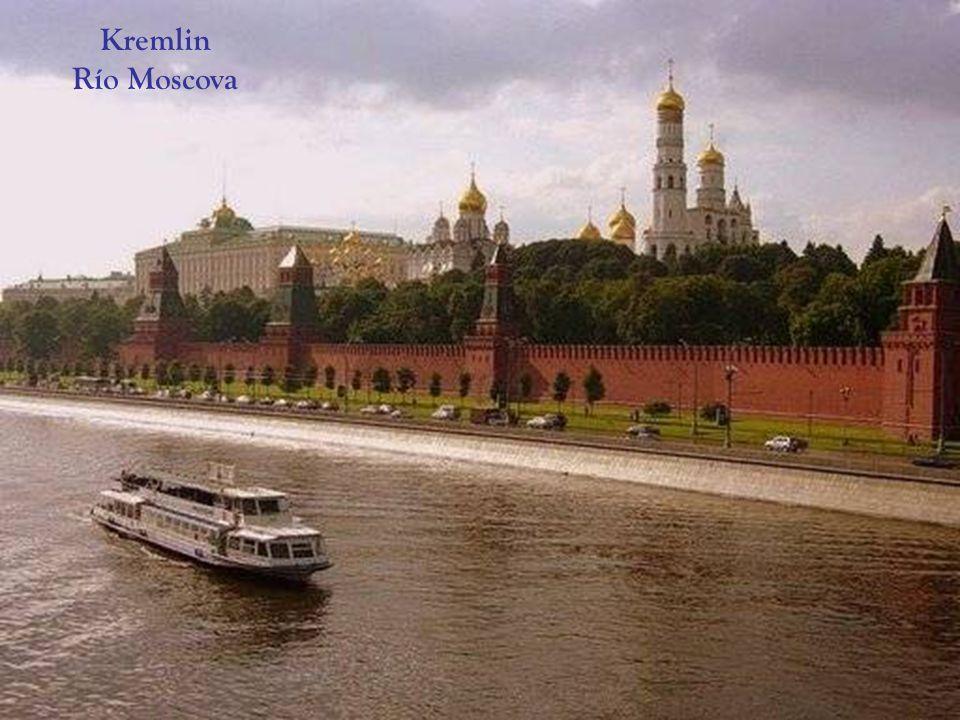 Junto a las catedrales del Kremlin, se puede apreciar: El Gran Cañón ( Tsar Pushka) y La Campana del Zar (Tsar Kolokol.