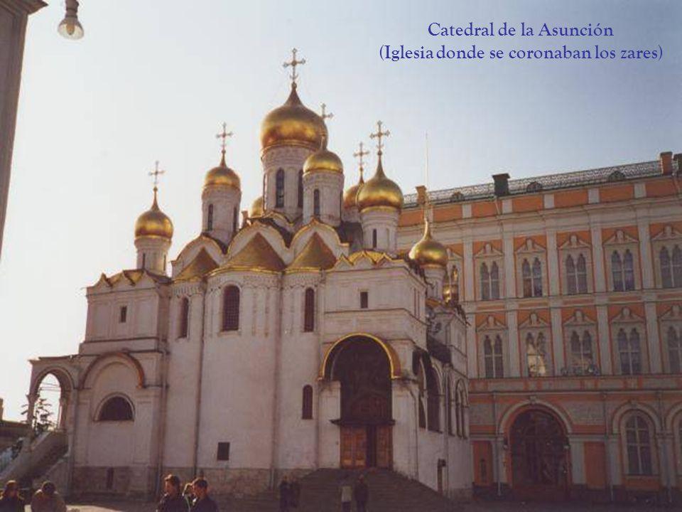 LA PLAZA ROJA DE MOSCÚ Su nombre ruso es: Krasnaya Ploshad y su traducción correcta seria: La Plaza Bella Desde esta plaza podemos ver la Catedral de San Basilio, La Catedral de Kazan, el mausoleo de Lenin, el Museo Histórico, y los grandes almacenes estatales : GUM.