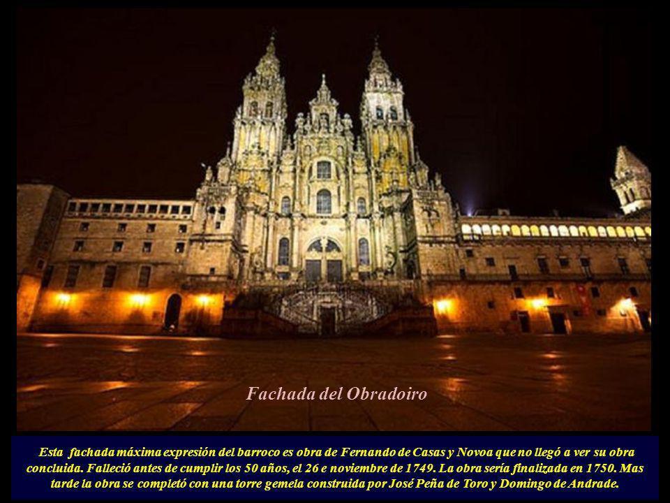 Enfrentándose al barroquismo de la catedral se impone al frente el neoclásico Palacio de Raxoi y a la izquierda la portada románica (s.XVI) del colegio de San Jerónimo que en la actualidad es sede del rectorado de la Universidad, habiendo sido antes el Colegio de la Normal ó escuela de Magisterio..