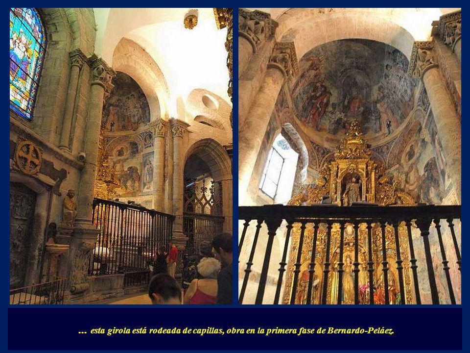 ... tiene la entrada y la salida de las escaleras en la cabecera del templo la cual posee una girola que permite la peregrinación en torno a su cabeza