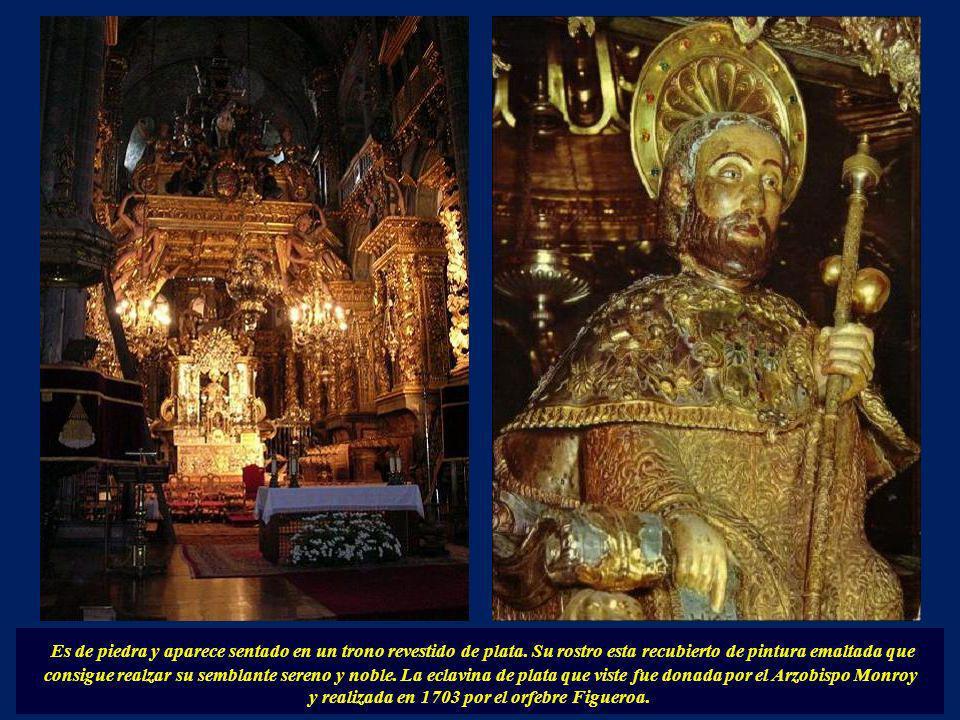En el altar mayor se encuentra la figura de Santiago, una de las imágenes más populares y queridas de Galicia, iluminada por los cirios siempre encend