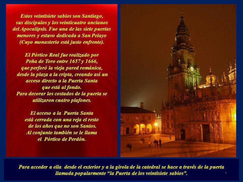 La verdadera Puerta Santa se encuentra en el ábside. La Puerta Santa permanece abierta cada Año Jubilar Compostelano. El 31 de diciembre del año anter