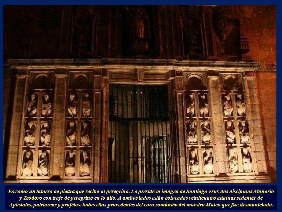 Para acceder a ella desde el exterior y a la girola de la catedral se hace a través de la puerta llamada popularmente la Puerta de los veintisiete sab