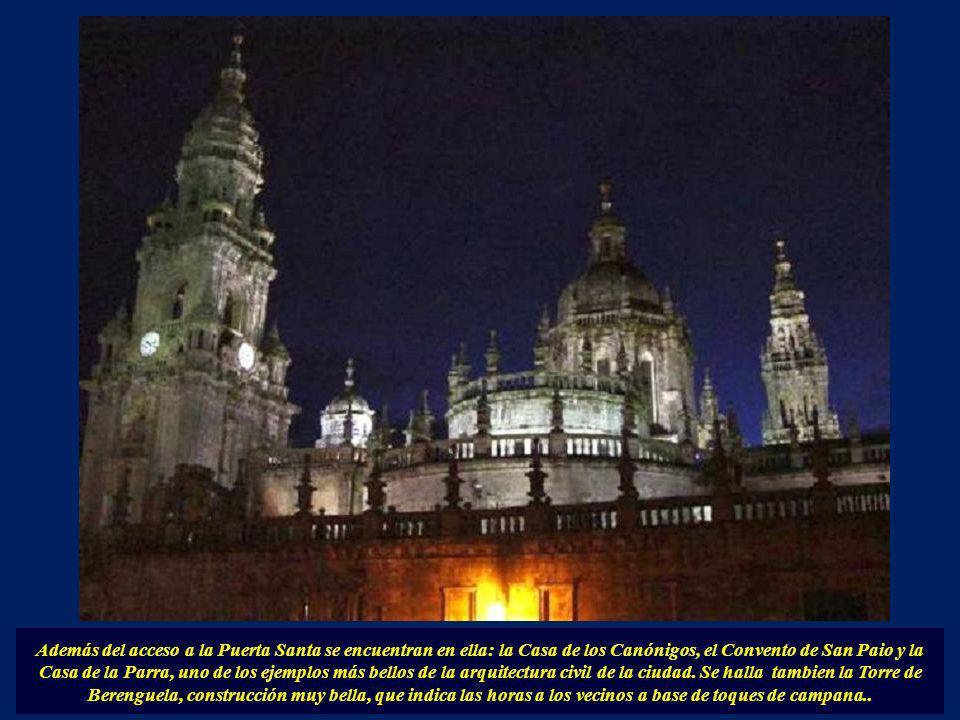Empezamos el recorrido a las 4 fachadas de la catedral por la Plaza de la Quintana (Fachada Oeste). Con unas escaleras en el centro de la plaza que ha
